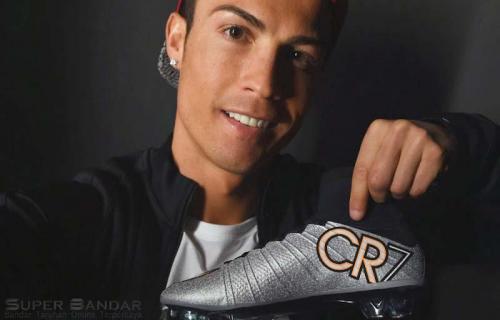 Cristiano Ronaldo Memamerkan Sepatu Baru Miliknya