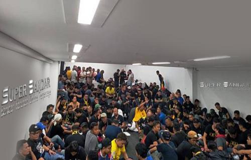 Keonaran Supporter Tim nasional Indonesia : Menpora Malaysia Turut Dievakuasi